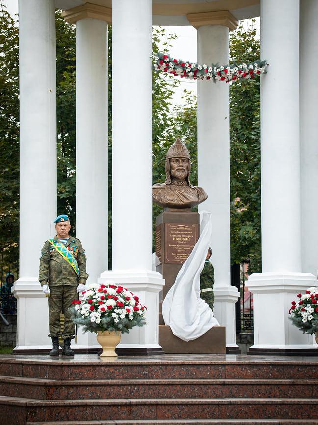 Памятник мудрому правителю Руси, выдающемуся полководцу, герою Невской битвы и Ледового побоища разместили внутри ротонды, построенной 28 лет назад для освящения воды.