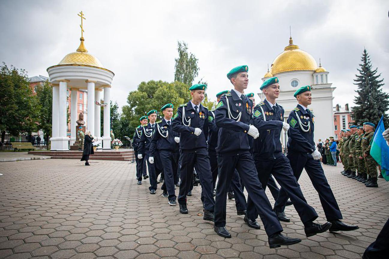 В церемонии открытия участвовали также представители военно-патриотических общественных организаций, кадеты и юнармейцы.