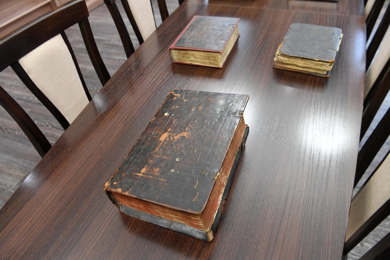 В Национальной библиотеке Удмуртии представлены такие редкие издания, как «Триодь постная» (1621 г.), «Требник» (1625 г.), один из первых московских печатных учебников «Грамматика славянского языка» Мелетия Смотрицкого (1648 г.).