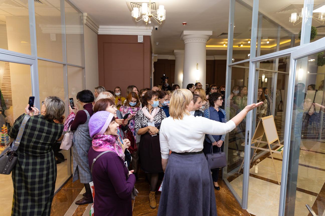 Всего в библиотеке работает 165 человек. В день открытия сотрудники библиотеки проводили экскурсии для всех желающих.