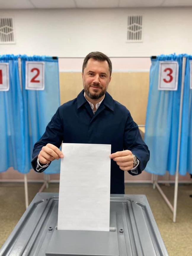Первый вице-премьер Константин Сунцов сопроводил фотографию подписью: «Всё зависит от меня! ПС — маску снял только для фото)».