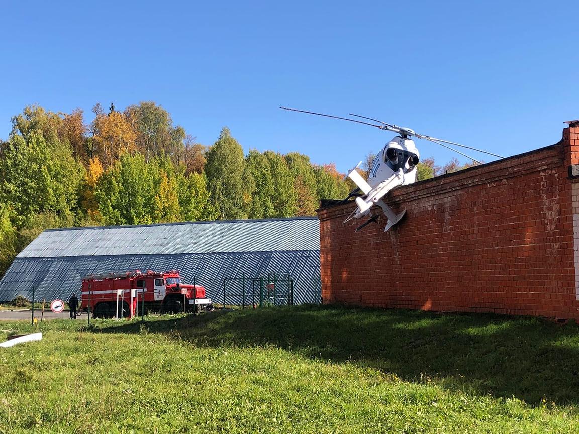 На момент происшествия в вертолете находилось четыре человека: пациент, пилот, врач и фельдшер. После дополнительного медобследования у фельдшера обнаружено легкое сотрясение.