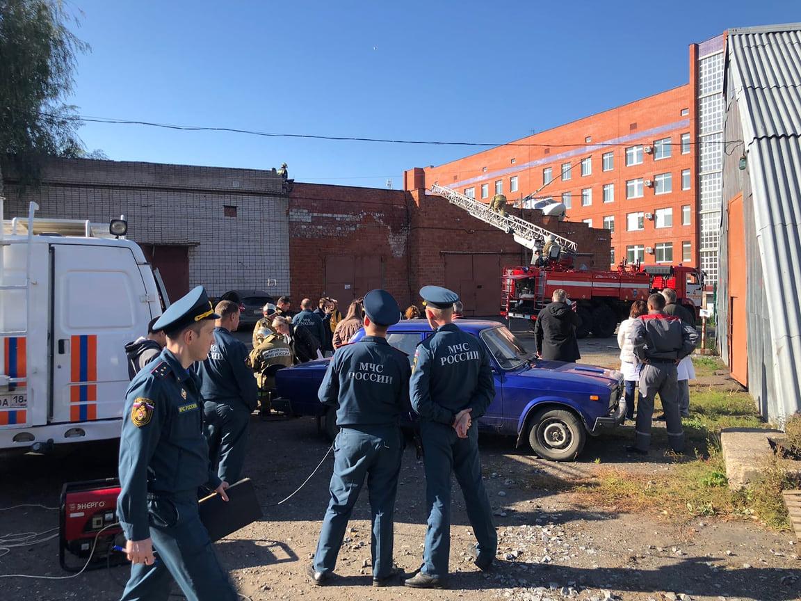 На место происшествия прибыл председатель правительства Удмуртии Ярослав Семенов. Предварительной причиной жесткого приземления вертолета он назвал сильный боковой ветер