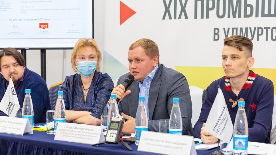 Иван Попов (в центре)