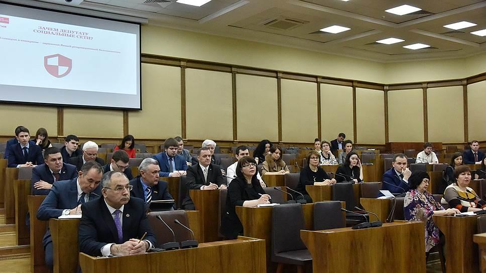 На избирателя ставят сети / Депутатам Госсовета Татарстана дали задание наладить общение с электоратом в интернете