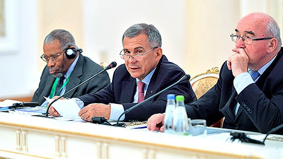 Cлева от президента Рустама Минниханова Ахмад Мухаммад Али, президент Исламского банка развития
