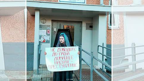 Феминистку оштрафовали за картонный гроб  / Суд признал фотографирование публичным мероприятием