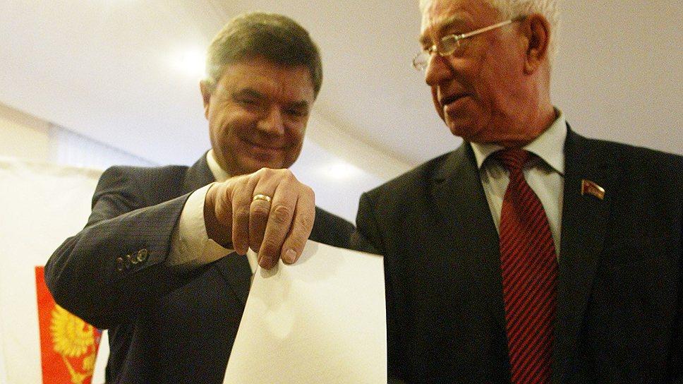 Оппозиция (коммунист Леонид Голуб — справа) признала, что Виктор Чудов (слева) с обязанностями спикера справляется