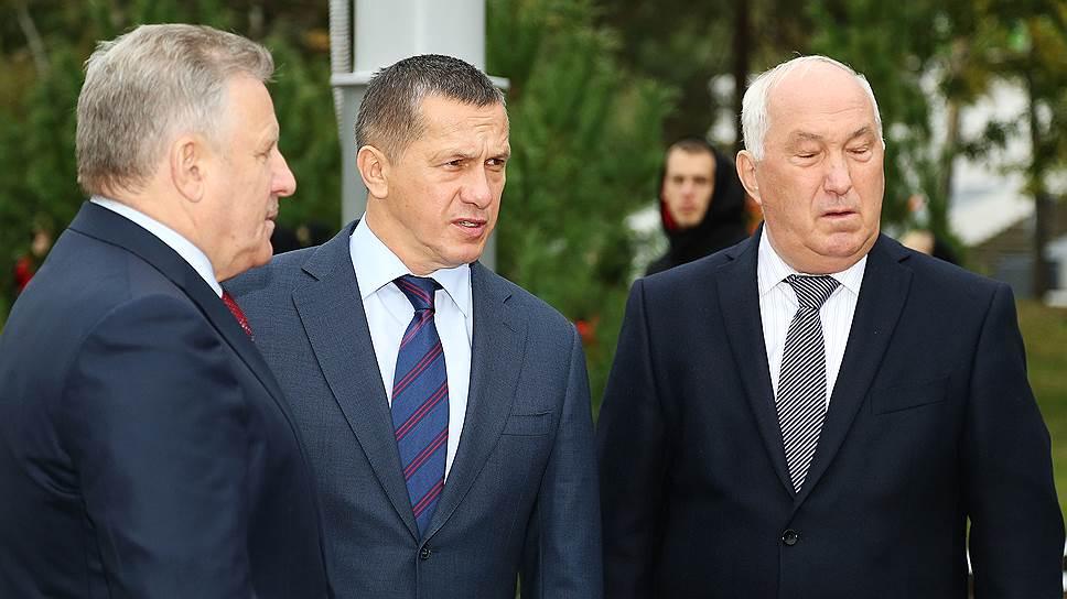 Вице-премьер Юрий Трутнев (в центре) и губернатор Вячеслав Шпорт (слева) разберутся, отпугивает ли мэрия под началом Александра Соколова (справа)  инвесторов