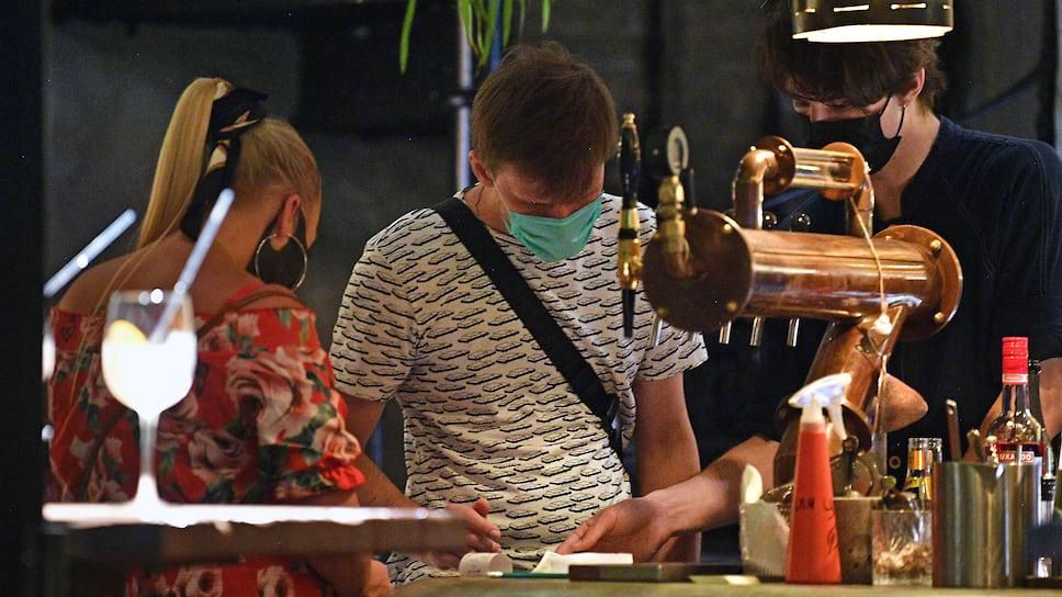Среди требований Роспотребнадзора к работе ресторанов— обязательное использование персоналом масок и перчаток и дистанция не менее 1,5 метра