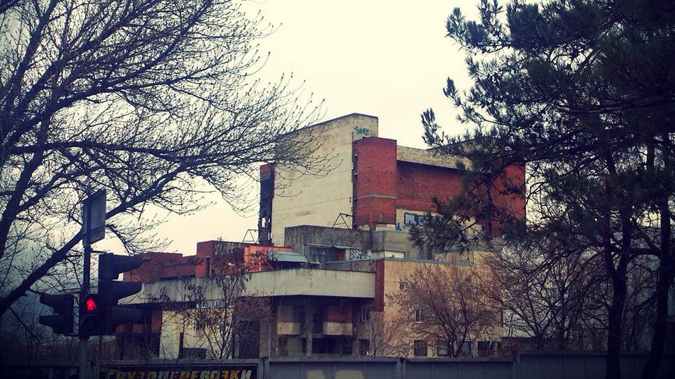 Драма одного театра / Новороссийские депутаты выступили против строительства элитных высоток на месте недостроенного культурного учреждения