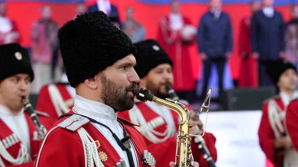 Праздничный концерт стартовал с выступления  государственного Кубанского духового оркестра