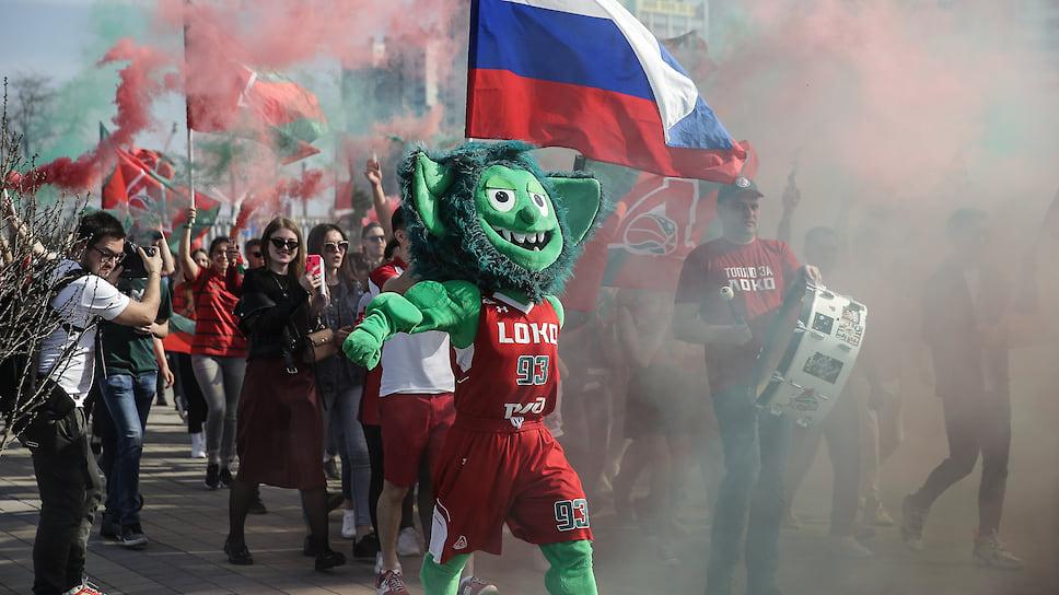Талисман клуба Зубби ведет болельщиков «Локомотива» на матч против ЦСКА.