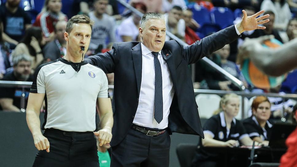 Главный тренер «Локомотив-Кубань» Евгений Пашутин не сдерживает эмоции в принципиальном матче.