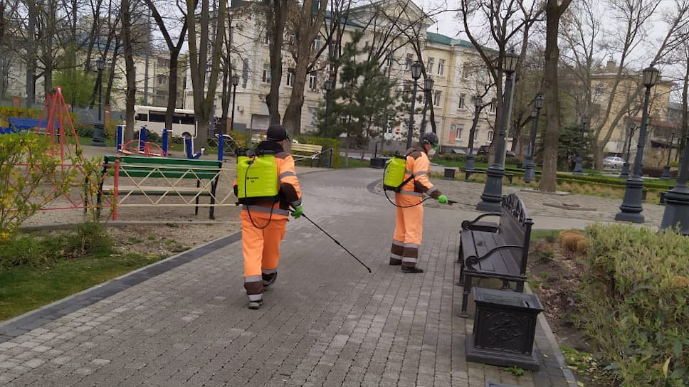 С утра 1 апреля с  помощью переносных ранцевых опрыскивателей 20 бригад обрабатывают остановочные комплексы, подземные пешеходные переходы, лавочки вдоль главных пешеходных маршрутов Краснодара, а также детские площадки.