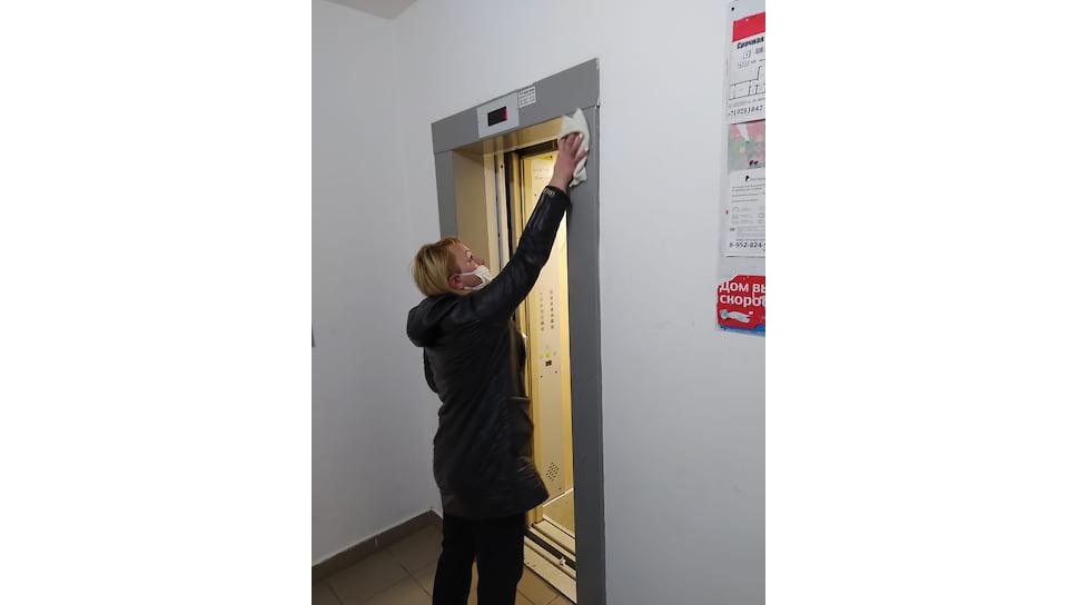 Управляющие компании проводят обработку подъездов многоквартирных домов. Обязательная дезинфекция поверхностей домофонов, дверных ручек и перил. Мероприятия должны проводиться два раза в день.