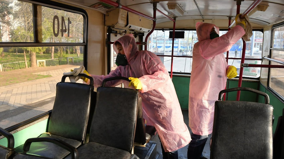 Обязательная дезинфекция поверхностей проводится в общественном транспорте Краснодара, который с 30 марта по 5 апреля будет курсировать только шесть часов в день: три часа утром и три часа вечером.