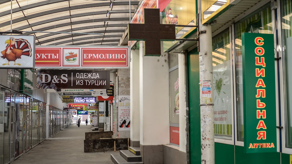 Практически все учреждения, кроме потребительских магазинов и аптек закрыты