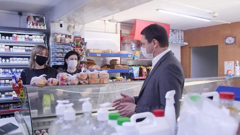 А вот господин Первышов уже инспектирует наличие в продуктовом магазине товаров первой необходимости