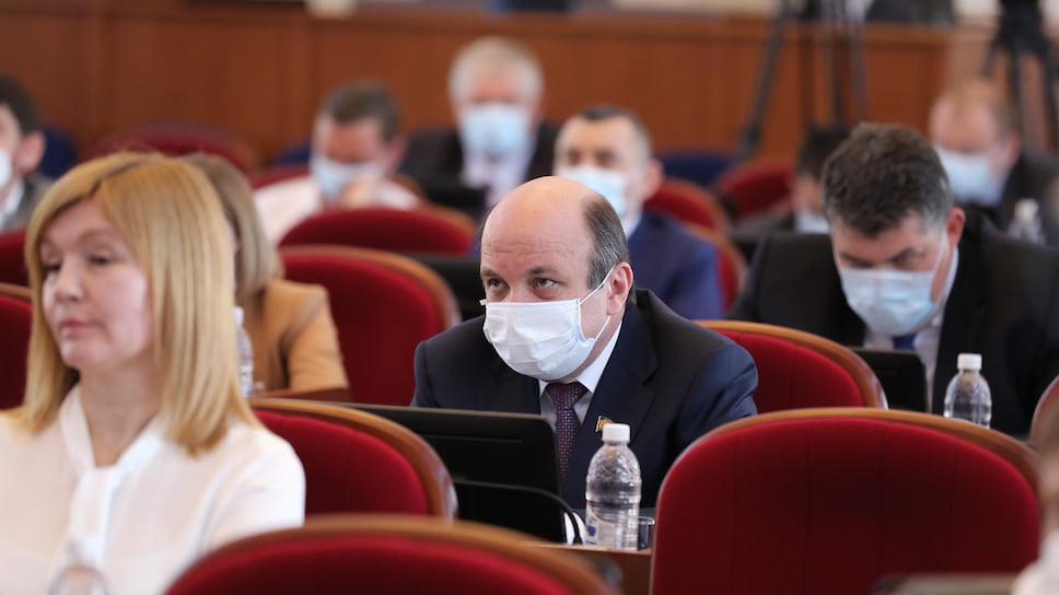 Депутатам Законодательного собрания Кубани теперь не нужно анонимное голосование, узнать их можно лишь по табличкам на рабочих столах