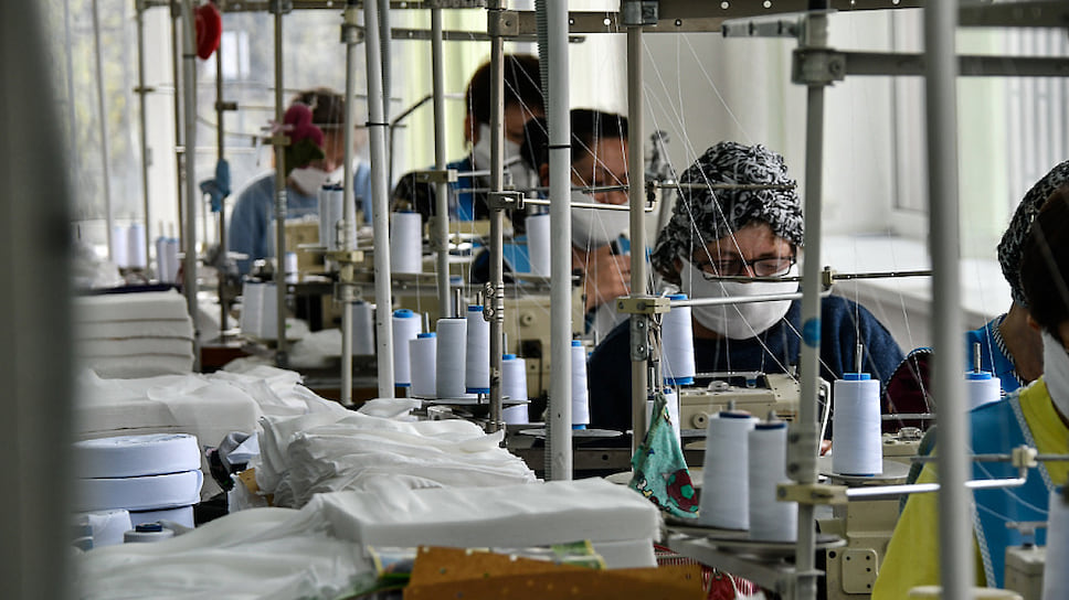 Маски скрыли лица всех работников на карантине: и в швейных цехах, и в краснодарской мэрии