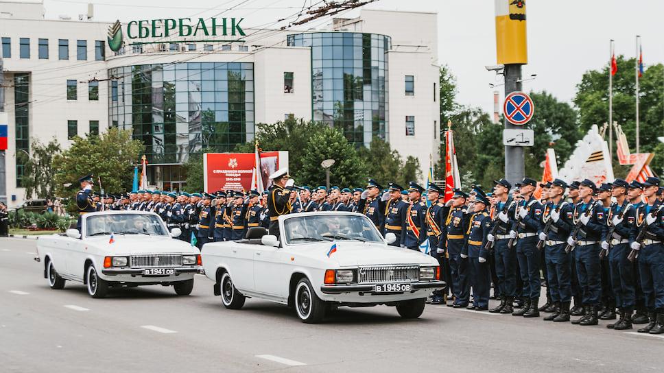 Всего для участия в параде было привлечено более тысячи человек