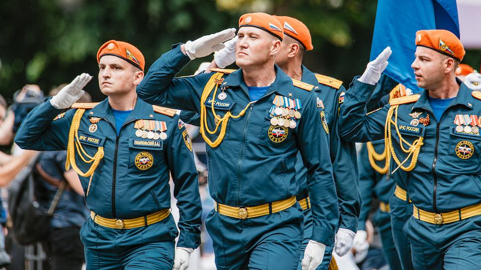 В 10:00 по центральной улице Новороссийска маршем прошли парадные расчеты Воздушно-десантных войск, Черноморского флота, Кубанского казачьего войска и Федеральной противопожарной службы