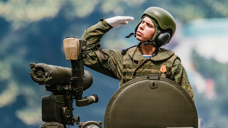 Были задействованы более 25 единиц боевой и специальной техники, а над городом состоялся пролет военной авиации