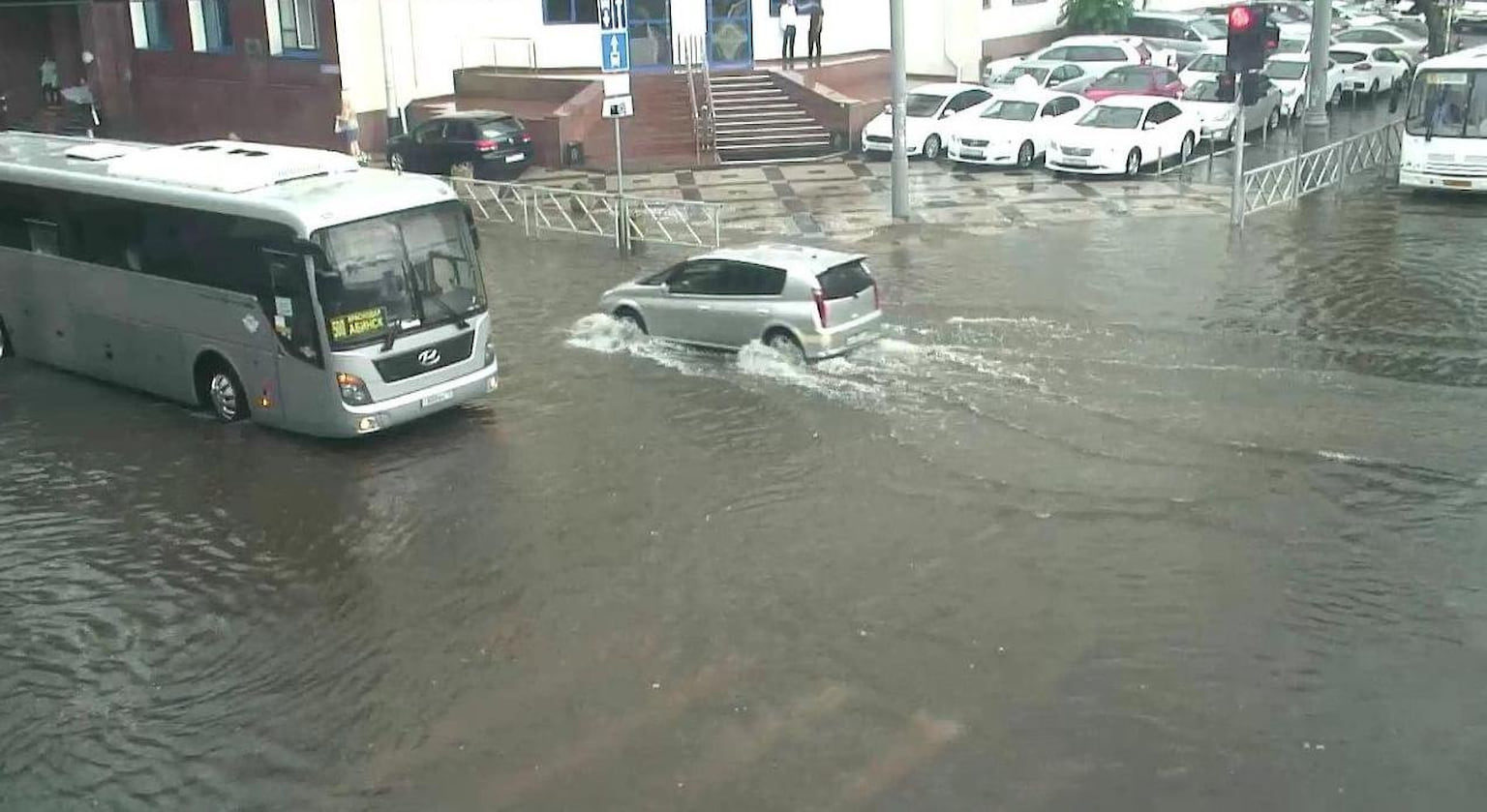 Вода залила улицы города, превратив их в реки