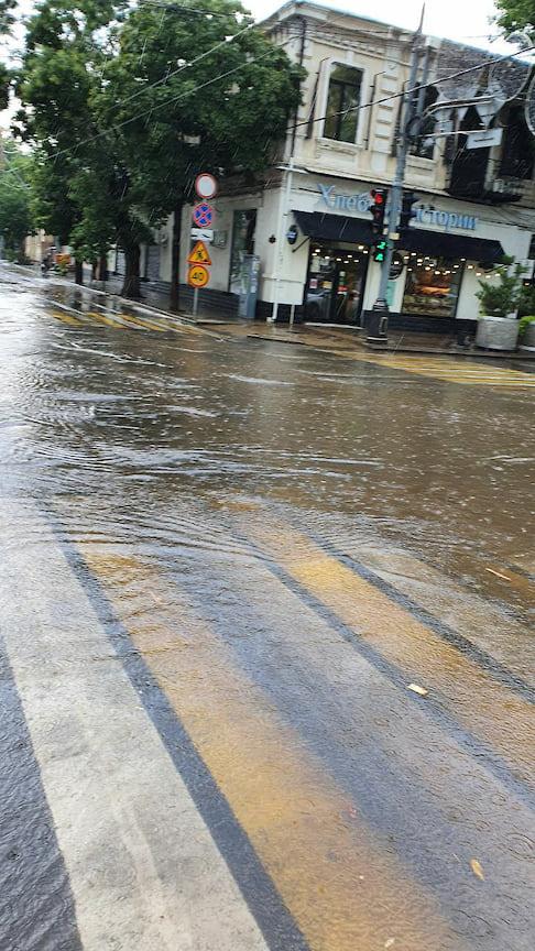 Подтопленными оказались традиционные территории города, которые всякий раз после дождя погружаются под воду