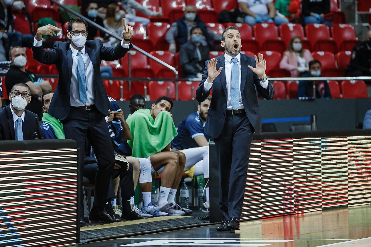 Тренерский штаб испанцев пытается достучаться до своей команды