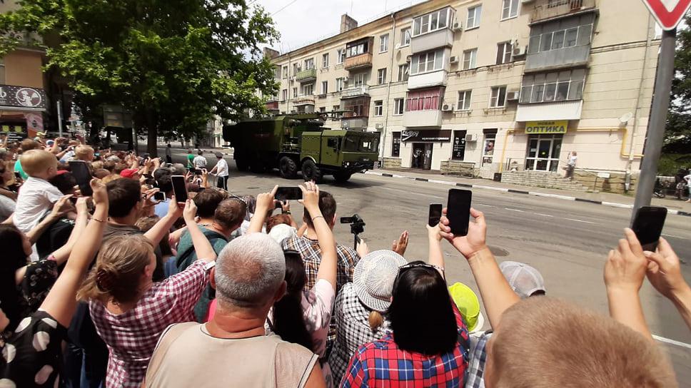 24 июня в Новороссийске прошел парад в честь 75-летния Победы в Великой Отечественной войне. В этом году в связи с пандемией коронавируса он состоялся практически без зрителей. За шествием войск и военной техники наблюдали 18 ветеранов, а также около 300 человек, расположившихся за забором возле здания мэрии.