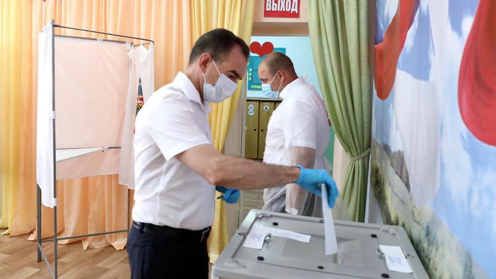 1 июля прошел последний день голосования по поправкам в Конституцию РФ. С учетом голосования 25-30 июня 74,6% кубанцев, имеющих право голоса, определились «за» они или «против» изменений главного Закона страны. В основной день голосования, объявленный указом президента выходным, на территории Краснодарского края открылись 2799 постоянных избирательных участков. Свои голоса за поправки отдали первые лица региона и города.