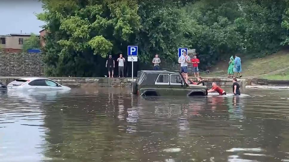 Днем 14 июля в Краснодаре прошел залповый ливень, в результате чего в очередной раз улицы города оказались затоплены. Встало движение общественного транспорта.