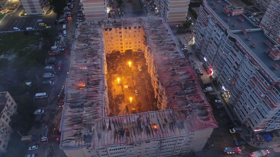 В Краснодаре в ночь на 13 сентября произошел крупный пожар в жилом доме по улице Российской, 267/6. Причиной стала неисправность проводки. В доме полностью выгорели 56 квартир на верхнем этаже. Возбуждено два уголовных дела. Компенсировать ущерб пострадавшим жильцам взялся сам застройщик данного дома. Сгоревший этаж было решено не восстанавливать под жилье, а сделать техническим. Людям купили новые квартиры.
