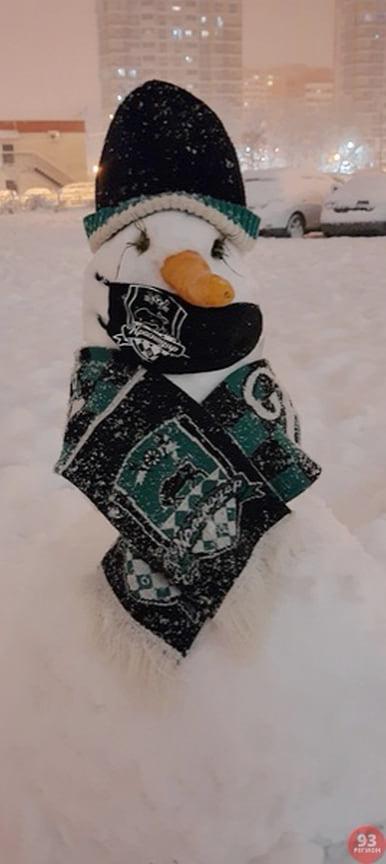 Жители Краснодара лепили снеговиков по всему городу.