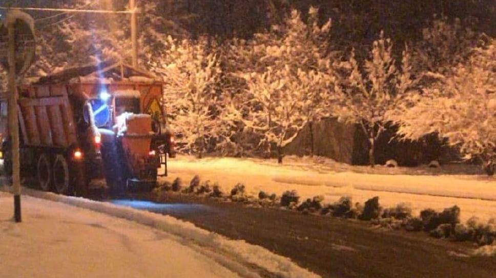 Всю ночь 21 декабря в Краснодаре работала спецтехника, которая убирала снег и посыпала наледь противогололедными материалами.
