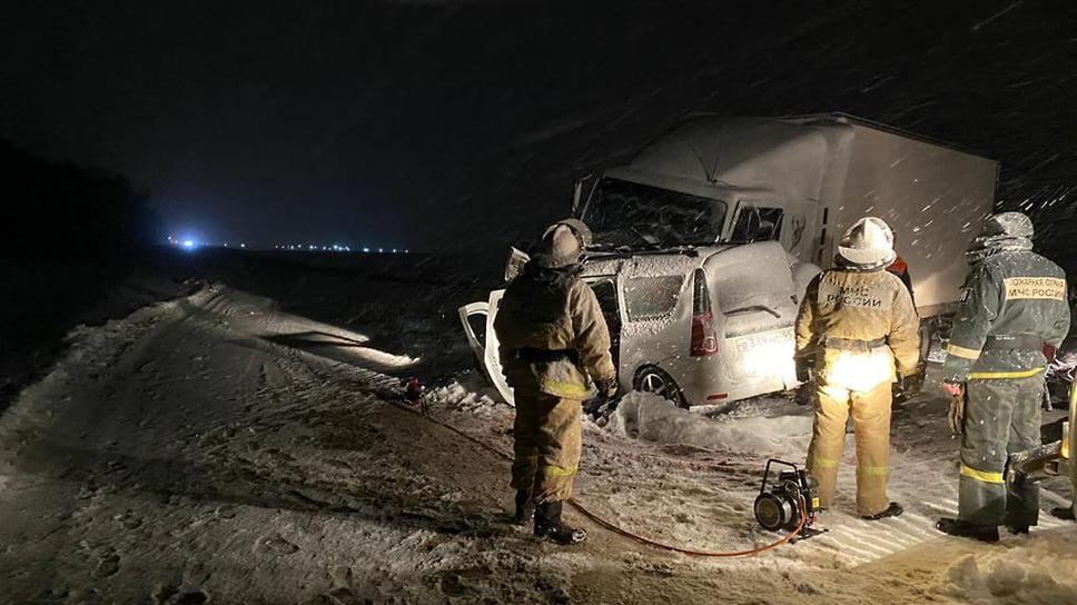 """К сожалению, не обошлось без жертв: в ночь на 21 декабря из-за снега на дороге «Ладу """"Ларгус""""» вынесло на встречную полосу, где она столкнулось с грузовиком. Четыре человека погибли."""