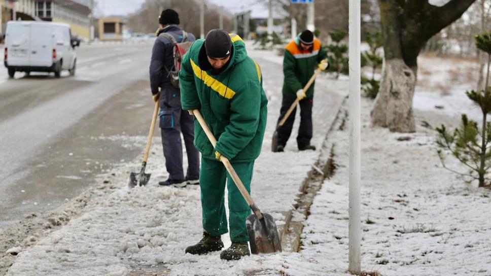 Уборкой снега занимались не только в Краснодаре, но и в курортном Геленджике, где, как рассказывают, снега не видели несколько лет.