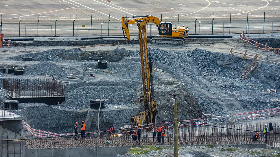 Завершено устройство гидроизоляции перекрытий подвала и монтаж 9 опорных колонн здания высотой от 11,5 до 19,5 метров. Они станут основанием будущей крыши терминала.