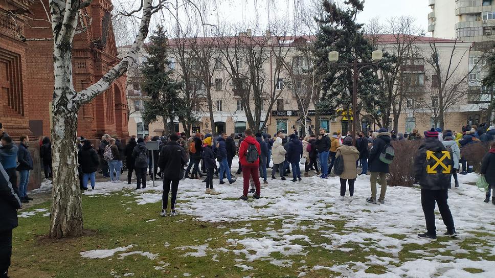 Начало шествия, люди собираются у арки