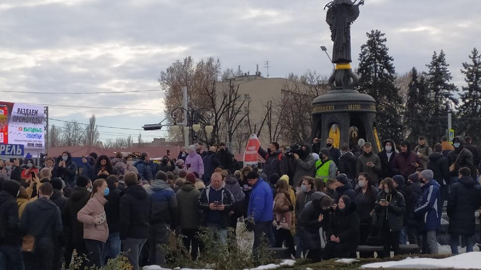 Митингующие вокруг центрального фонтана