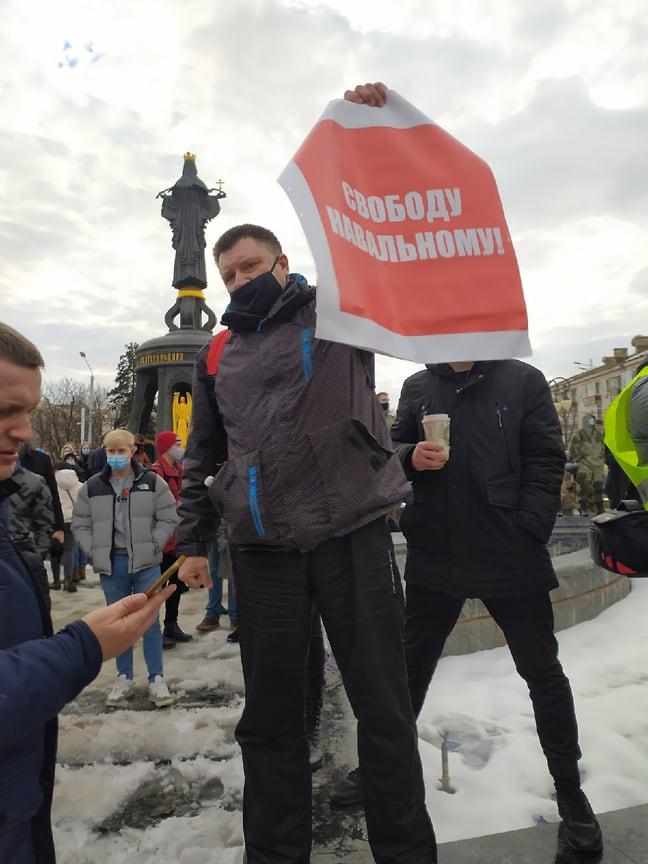 Сторонники Навального несли плакаты в его поддержку