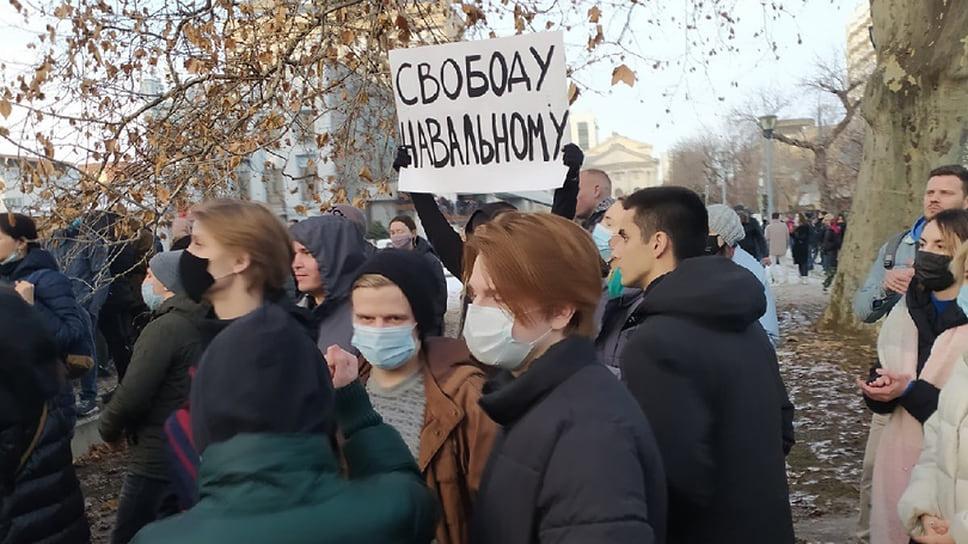 Плакаты протестующих в поддержку Навального