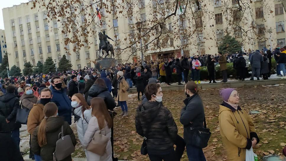 Люди собрались на площади у здания краевой администрации