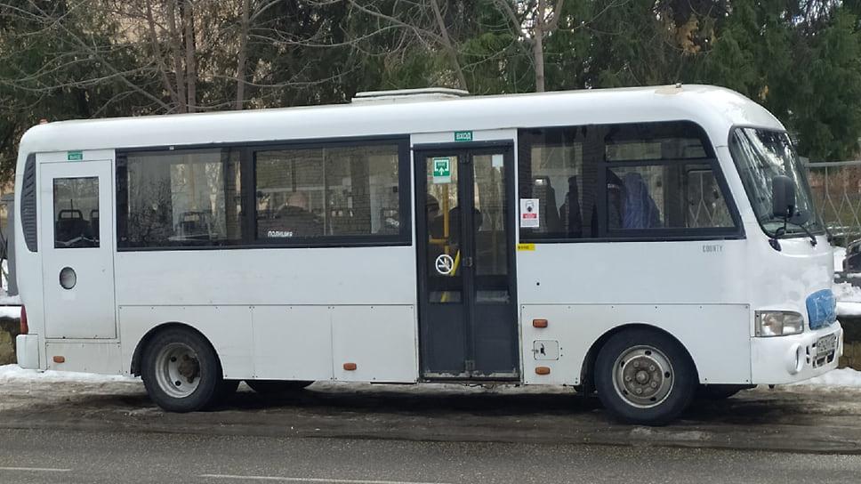 Полицейские в автобусе возле места проведения митинга