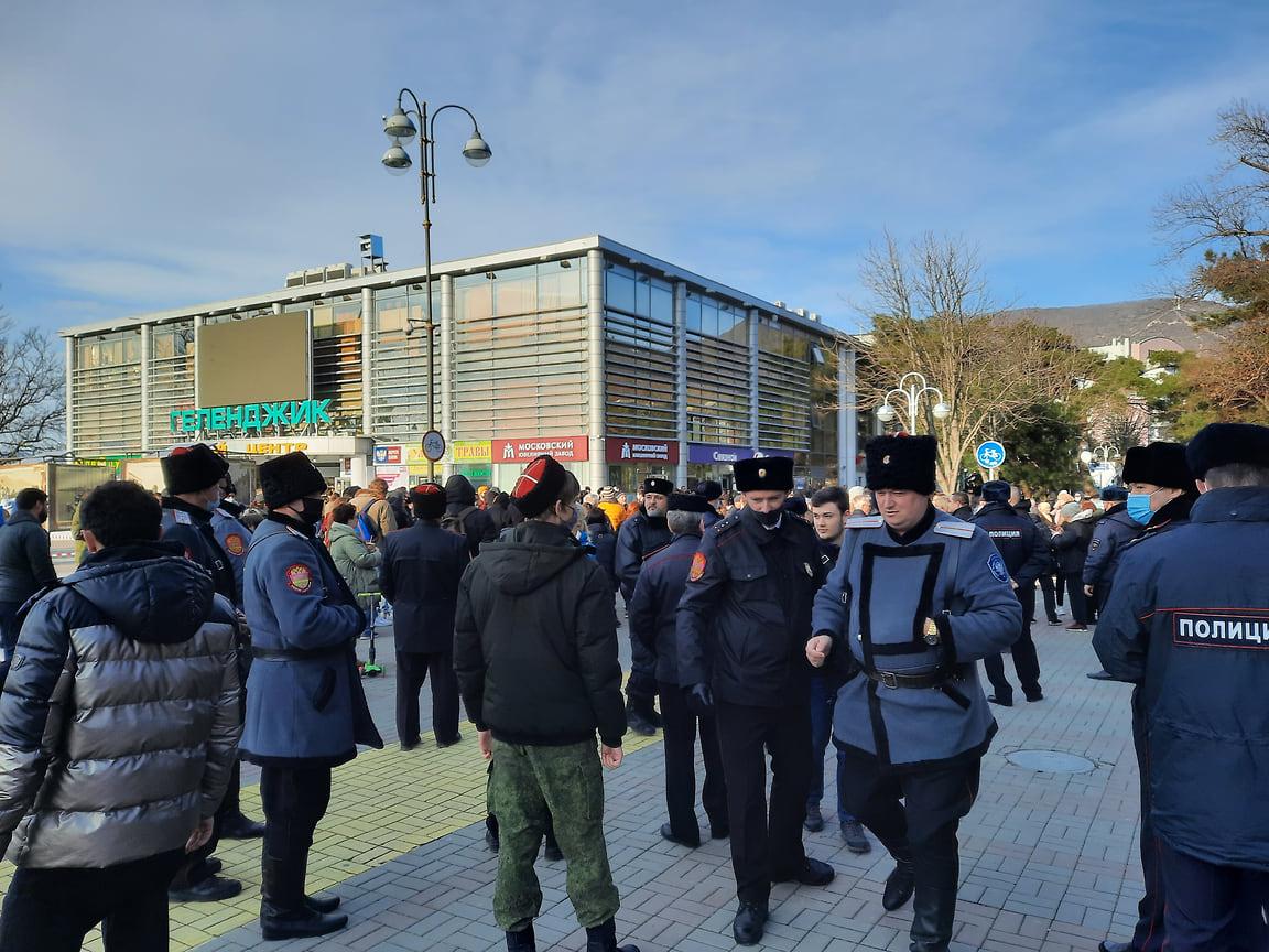 3. Несанкционированную акцию контролировали представители полиции и казачества. Митинг прошел мирно, задержанных и пострадавших нет.