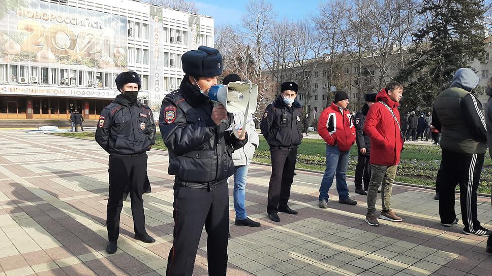 Сотрудники полиции встречали участников акции у здания мэрии, предупреждая в мегафоны о незаконности мероприятия.