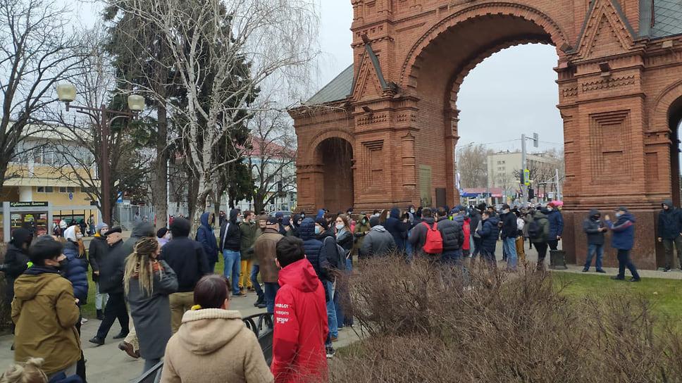 Протестующие собираются у Александровской арки