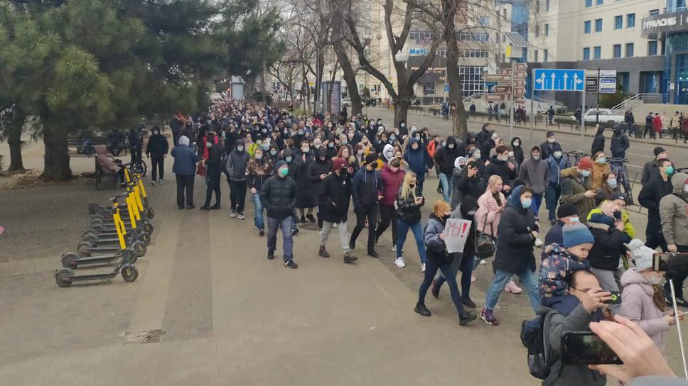 Толпа движется в сторону краевой администрации